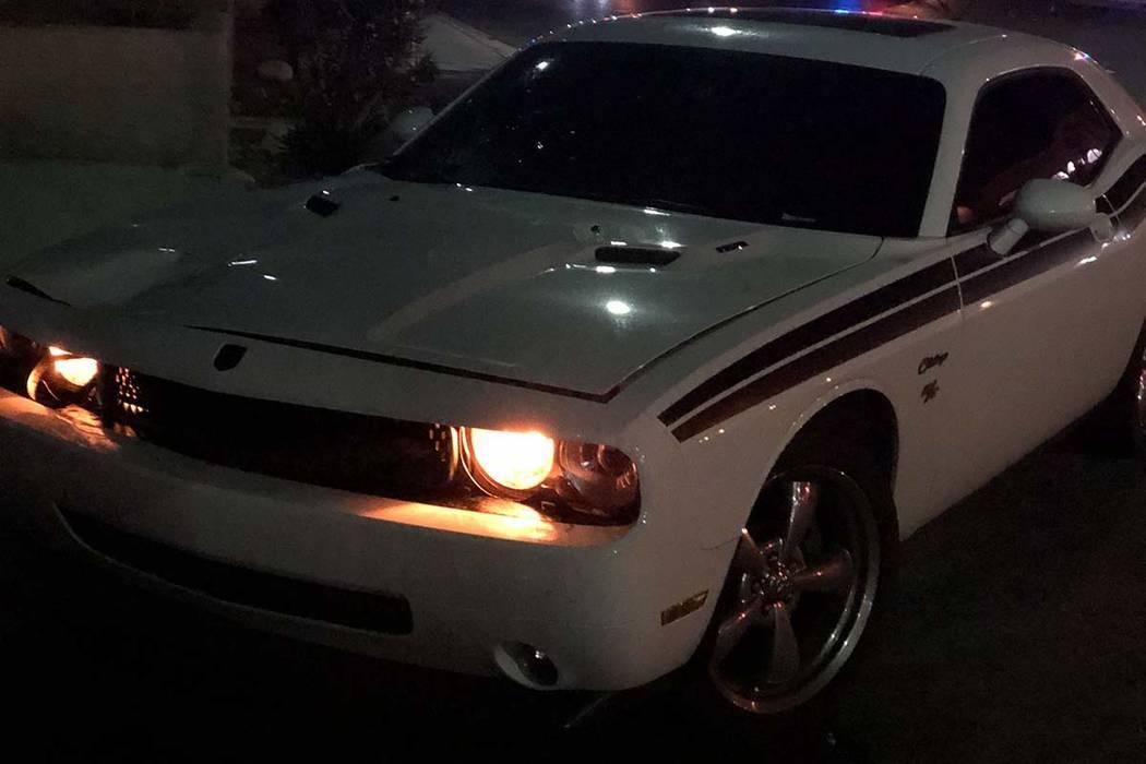 Un Dodge Challenger blanco conducido por un oficial fuera de servicio del Departamento de Polic ...