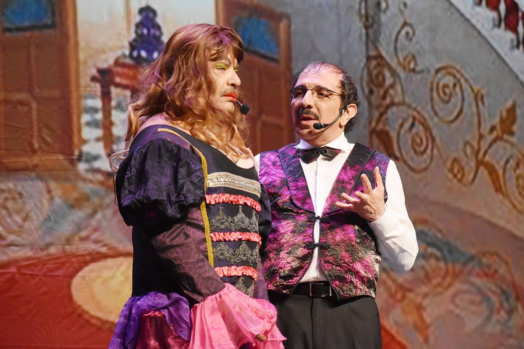 Pepe Magaña, izquierda, hizo la adaptación del guion. En la foto personificó a La Madrastra. ...