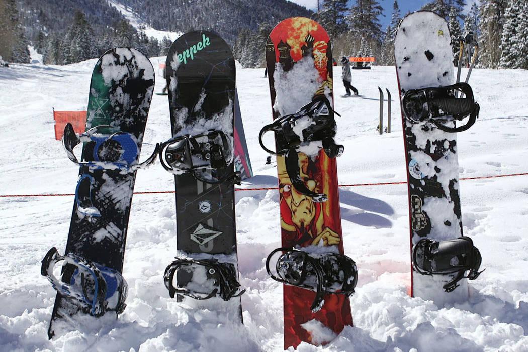 Snowboards sobresalen de la nieve fresca en Lee Canyon, en las afueras de Las Vegas, el lunes 1 ...
