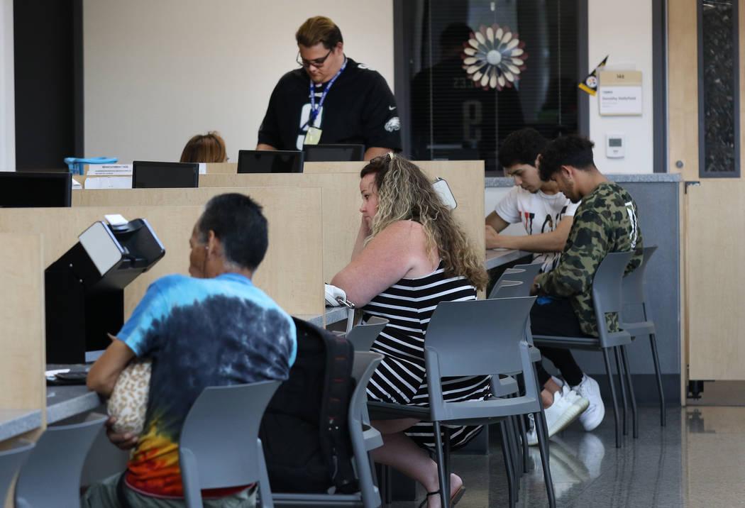 El viernes 10 de mayo de 2019, en Las Vegas, los clientes reciben ayuda de los técnicos de ser ...
