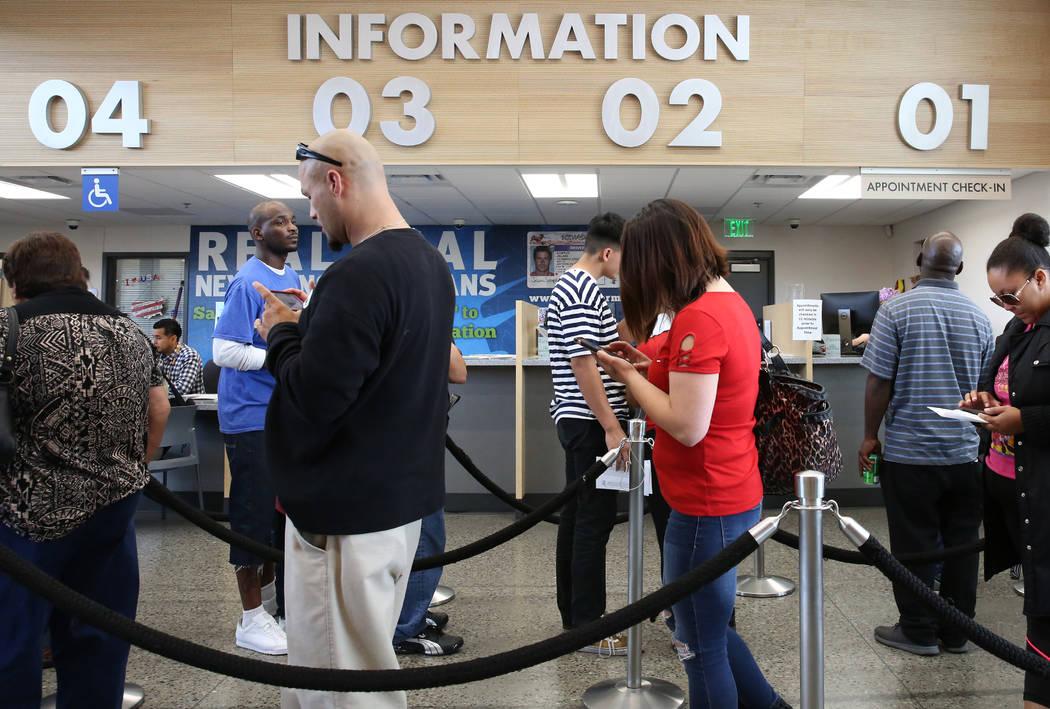 Los clientes esperan en línea el DMV en la oficina de East Sahara el viernes 10 de mayo de 201 ...