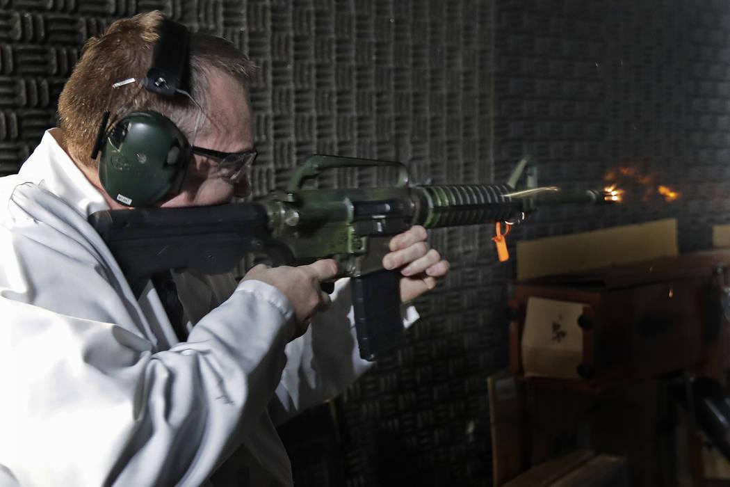 Washington Rick Wyant, supervisor de la unidad forense de armas de fuego en el laboratorio crim ...