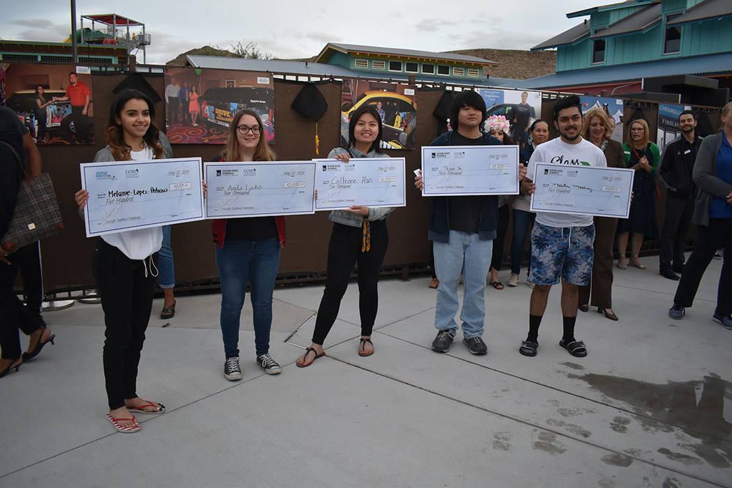 Además del automóvil se entregaron otros premios, entre los que destacaron becas escolares qu ...