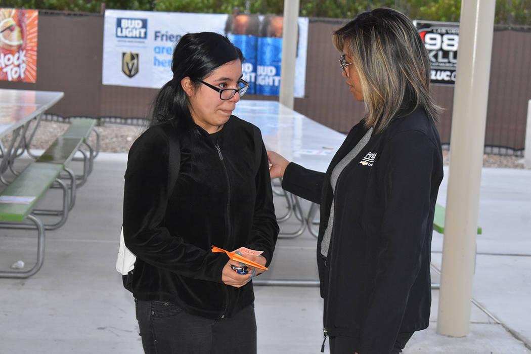 Ángela Hernández, emocionada escucha a Joyce Balaoro, de Findlay Chevrolet, al escuchar que h ...