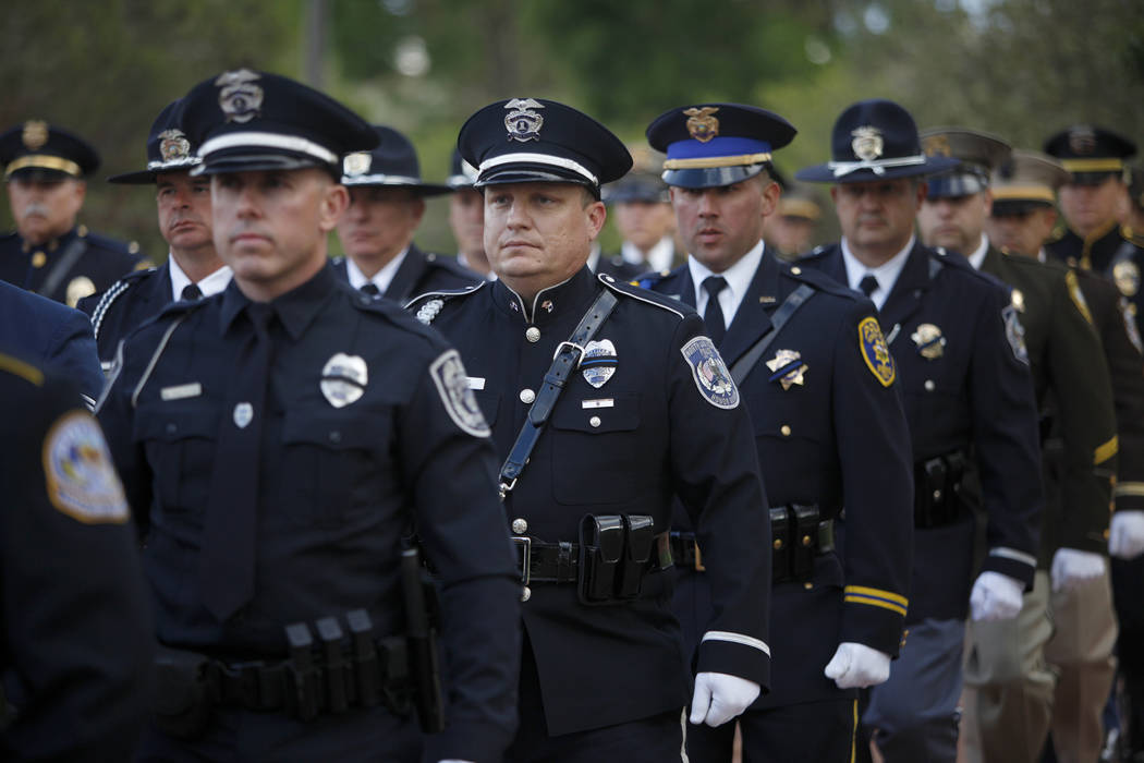 La guardia de honor camina al frente del servicio conmemorativo de los oficiales de policía de ...