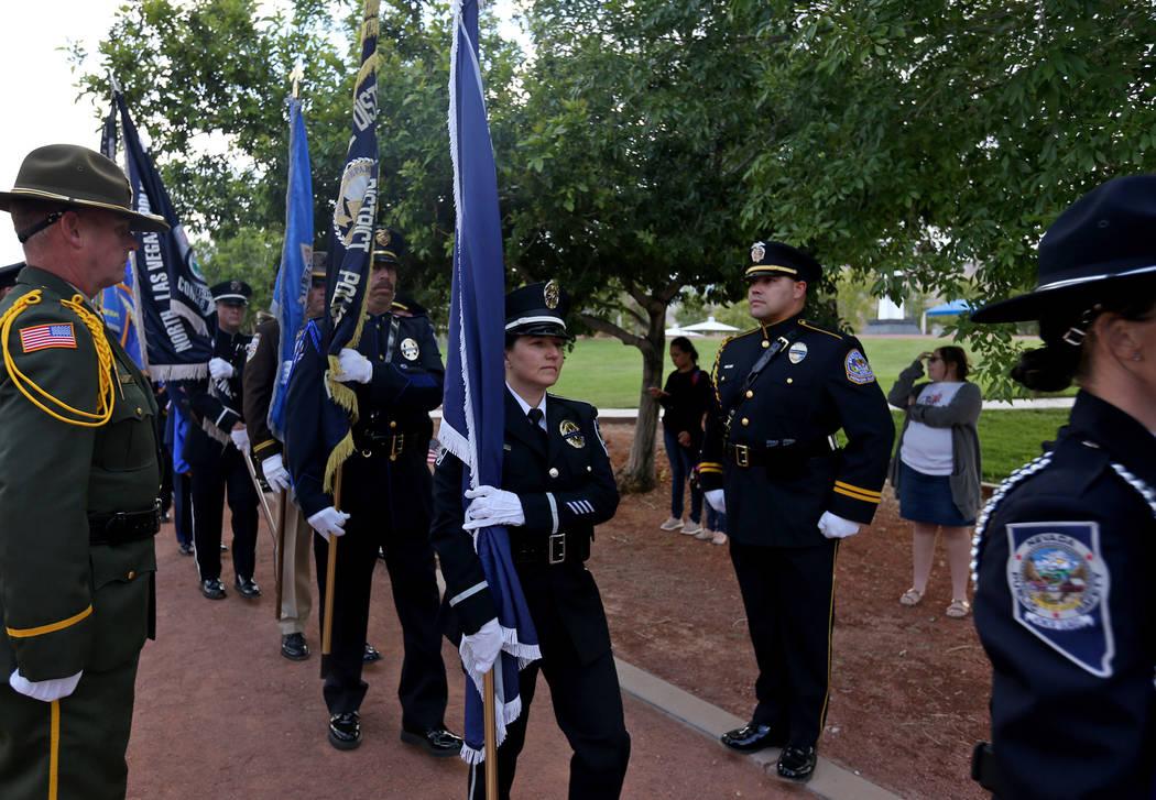 La escolta abanderada camina hacia el escenario en el servicio conmemorativo de los oficiales d ...