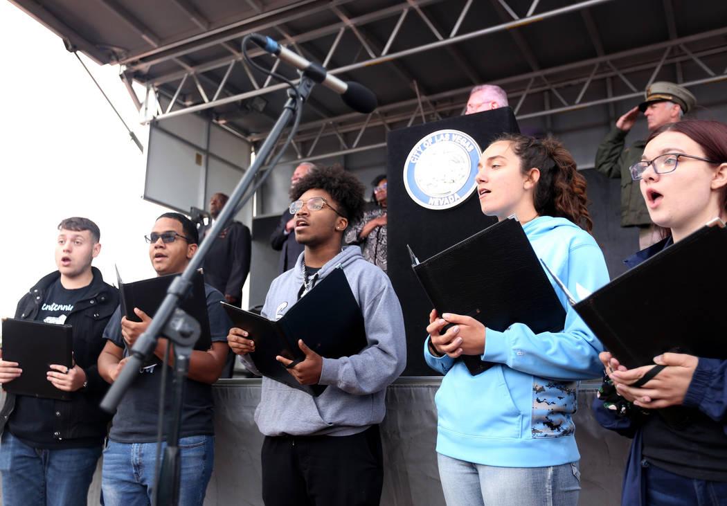 El Coro de la Escuela Secundaria Leavitt se presenta en el servicio conmemorativo de los oficia ...