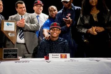 Randal Grimes firma para jugar fútbol americano universitario para la Universidad del Sur de C ...