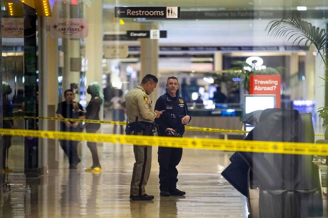 Un investigador en la escena del crimen de LVMPD ingresa al centro comercial Fashion Show en el ...