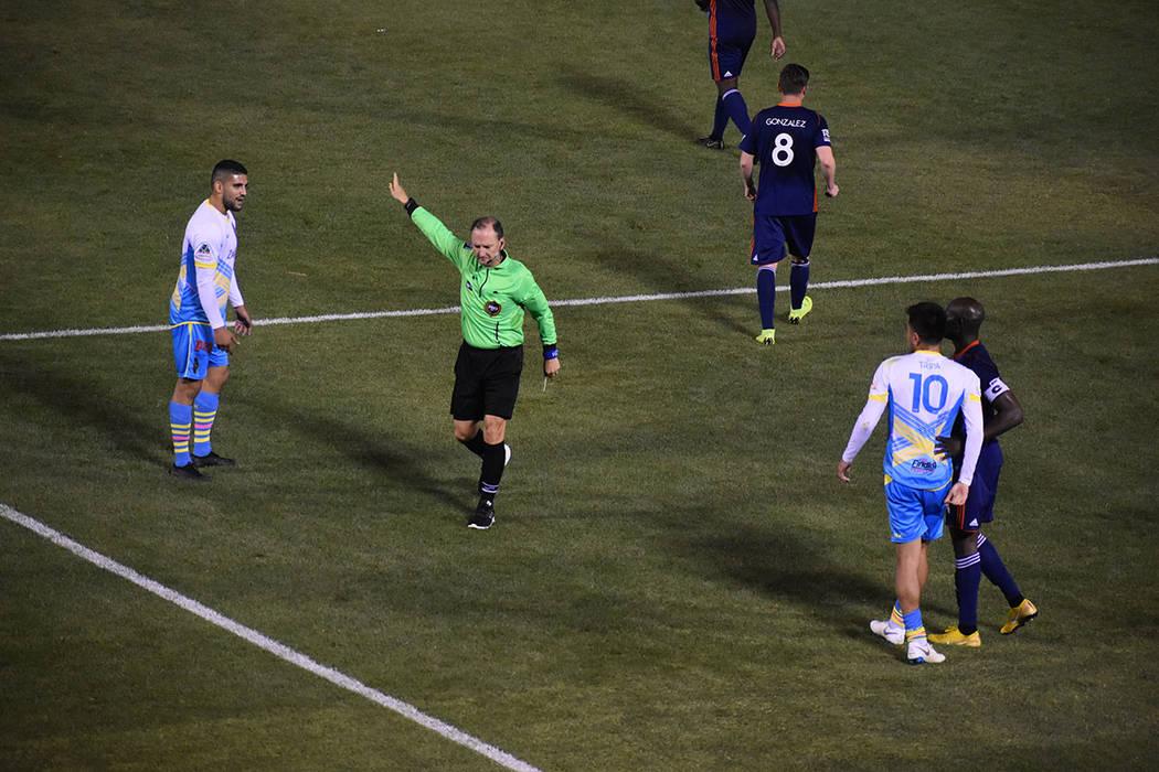 Cristhian Hernandez (10) dribló dejando sembrados a varios defensores antes de caer derribado ...