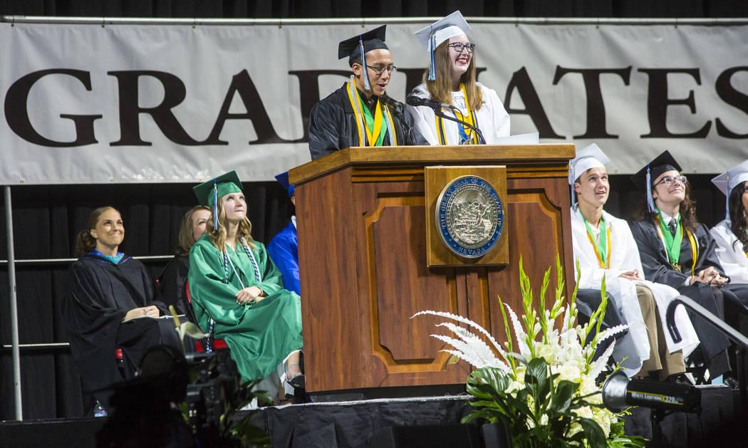 Benel Higuchi, graduado de Green Valley High School, a la izquierda, habla junto a su compatrio ...