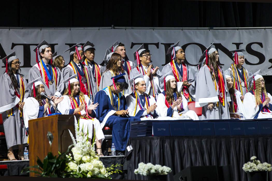 Los graduados de la escuela Coronado, quienes lucen túnicas grises, son reconocidos durante la ...