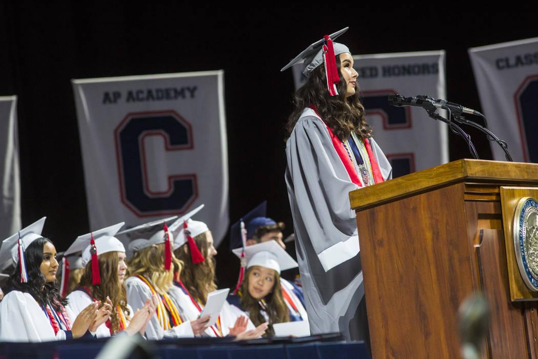 Olivia Yamamoto, graduada valedictorian de Coronado High School, habla durante la ceremonia de ...