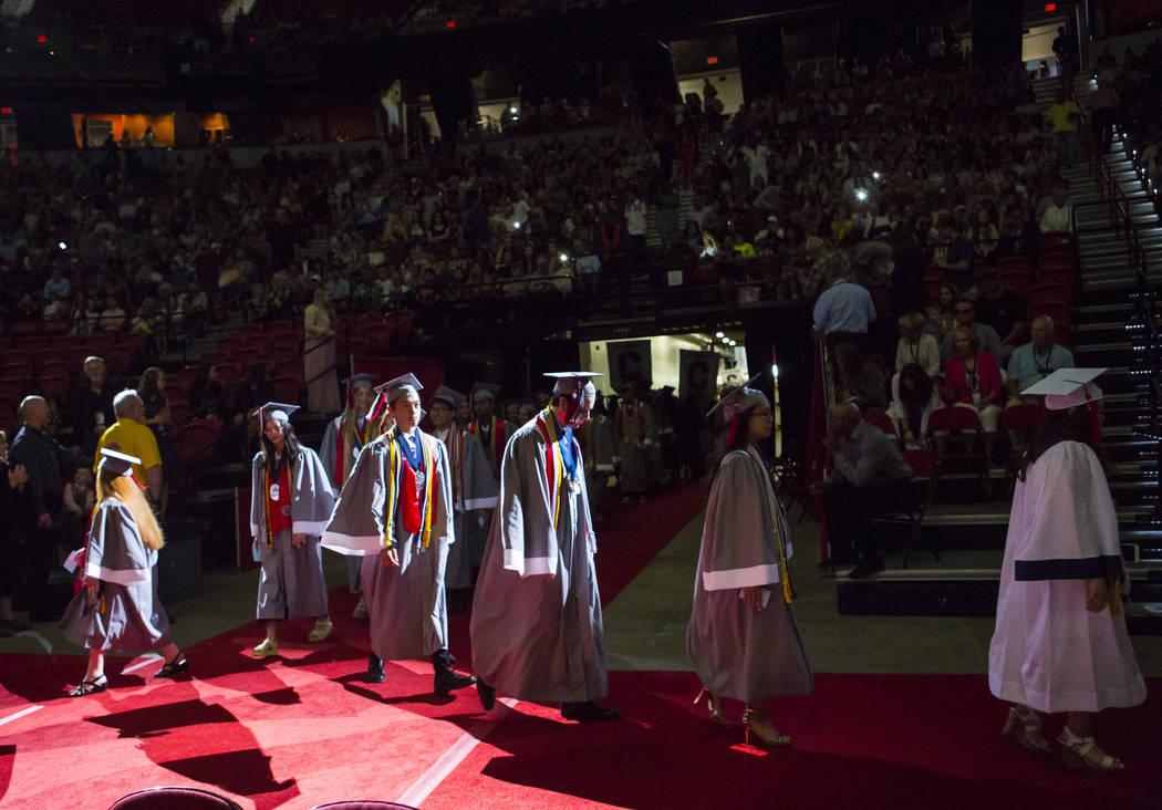 Graduados valedictorians de la escuela Coronado, caminan durante la procesión en su ceremonia ...