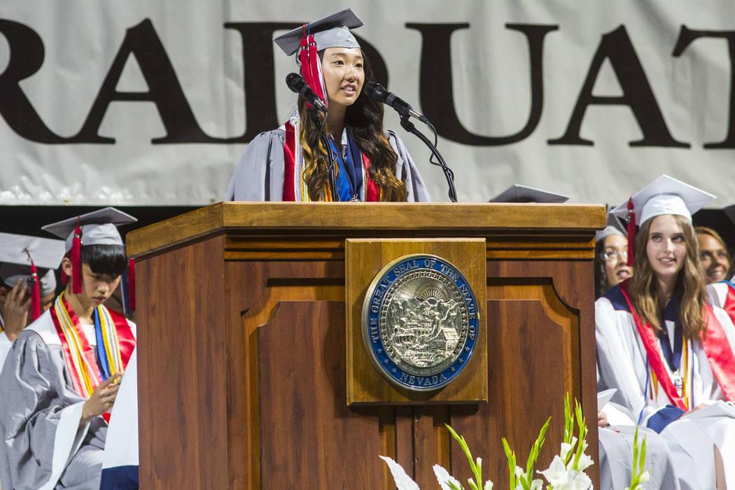 La graduada valedictorian de Coronado High School, Amy Kang, habla durante la ceremonia de grad ...