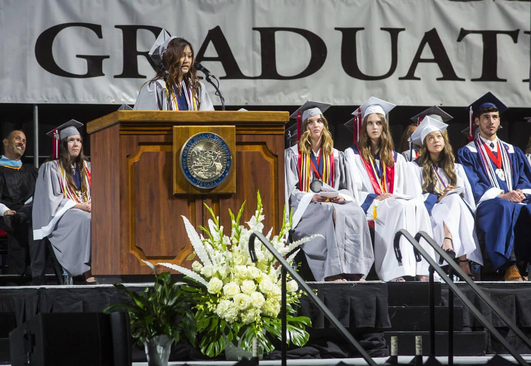 La graduada valedictorian de Coronado High School, Mina Chia, habla durante la ceremonia de gra ...