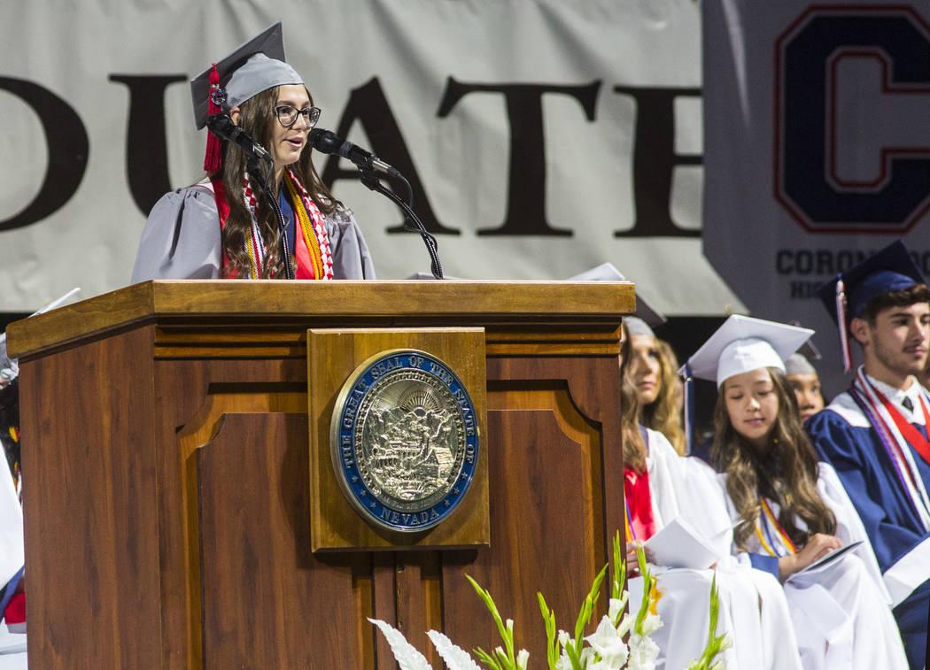 La graduada valedictorian de Coronado High School, Katie Mars, habla durante la ceremonia de gr ...