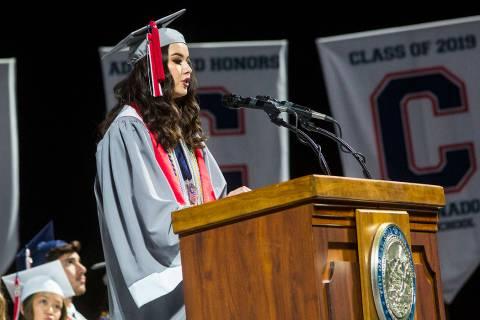 La graduada valedictorian de Coronado High School, Olivia Yamamoto, habla durante la ceremonia ...
