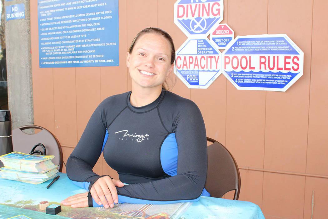 La entrenadora de delfines, Amanda Mayers, encontró su profesión por haber aprendido a nadar. ...
