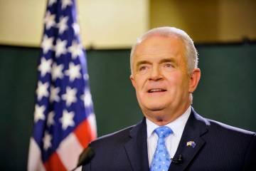 El gobernador Jim Gibbons se prepara para dar su discurso sobre el estado del estado en el edif ...