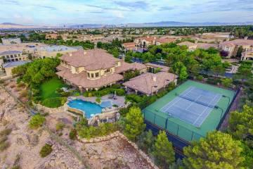 La mansión en 9508 Kings Gate Court en Las Vegas tiene un precio de alquiler de $29,995 por me ...
