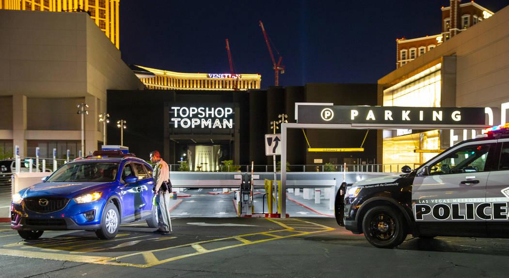 El centro comercial Fashion Show en el Strip fue evacuado debido a un tiroteo reportado por la ...