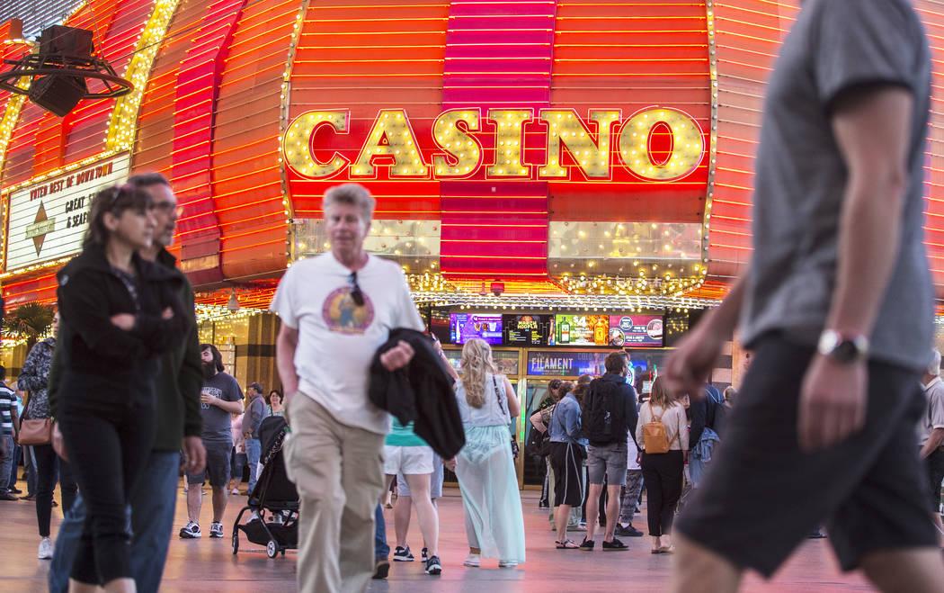 Fremont Street repleta de visitantes el jueves, 28 de marzo de 2019 en Las Vegas. (Benjamin Hag ...