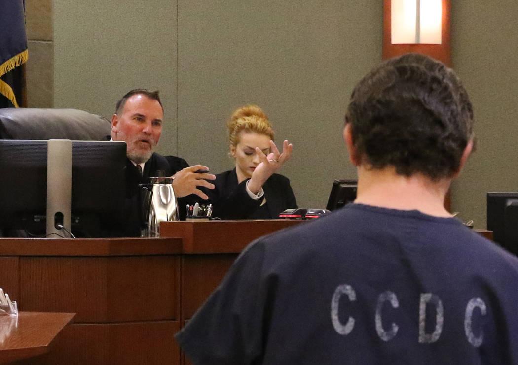 El juez de distrito William Kephart, preside durante la sentencia de Christopher Sena, condenad ...