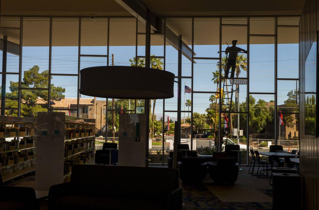 Las ventanas exteriores se limpian a medida que continúan los trabajos en la nueva biblioteca ...