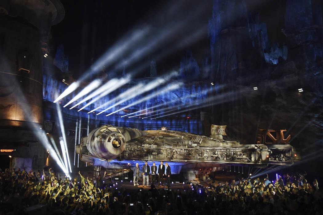 La nave estelar Millennium Falcon se representa en el escenario durante una ceremonia de dedica ...