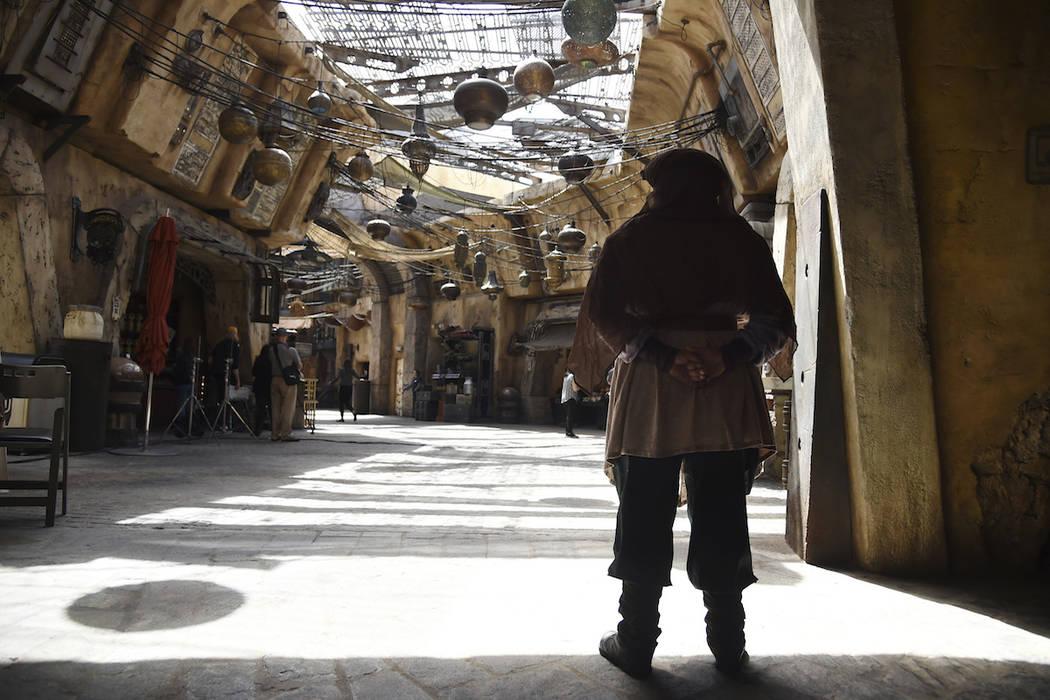 Un personaje mira al mercado en el Black Spire Outpost durante Star Wars: Galaxy's Edge Media P ...