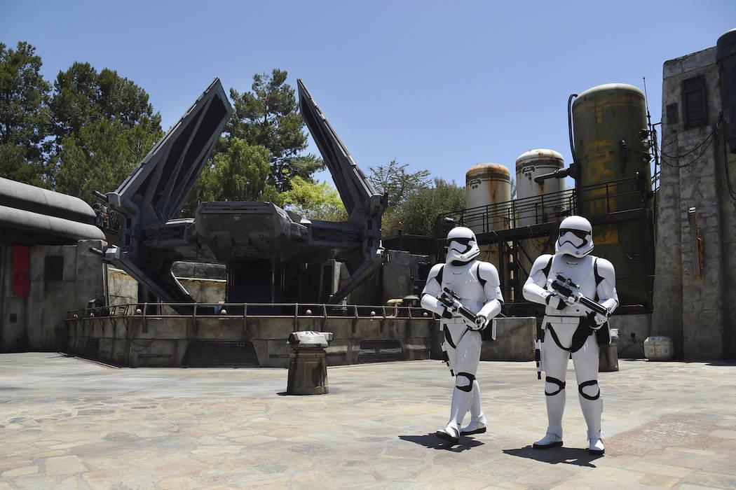 Los Stormtroopers patrullan el escenario de Tie Echelon durante Star Wars: Galaxy's Edge Media ...