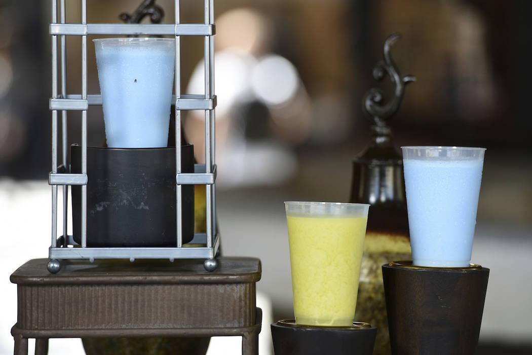"""Las bebidas Blue Milk y Green Milk, como se ve en las películas de """"Star Wars"""", se muestran en ..."""