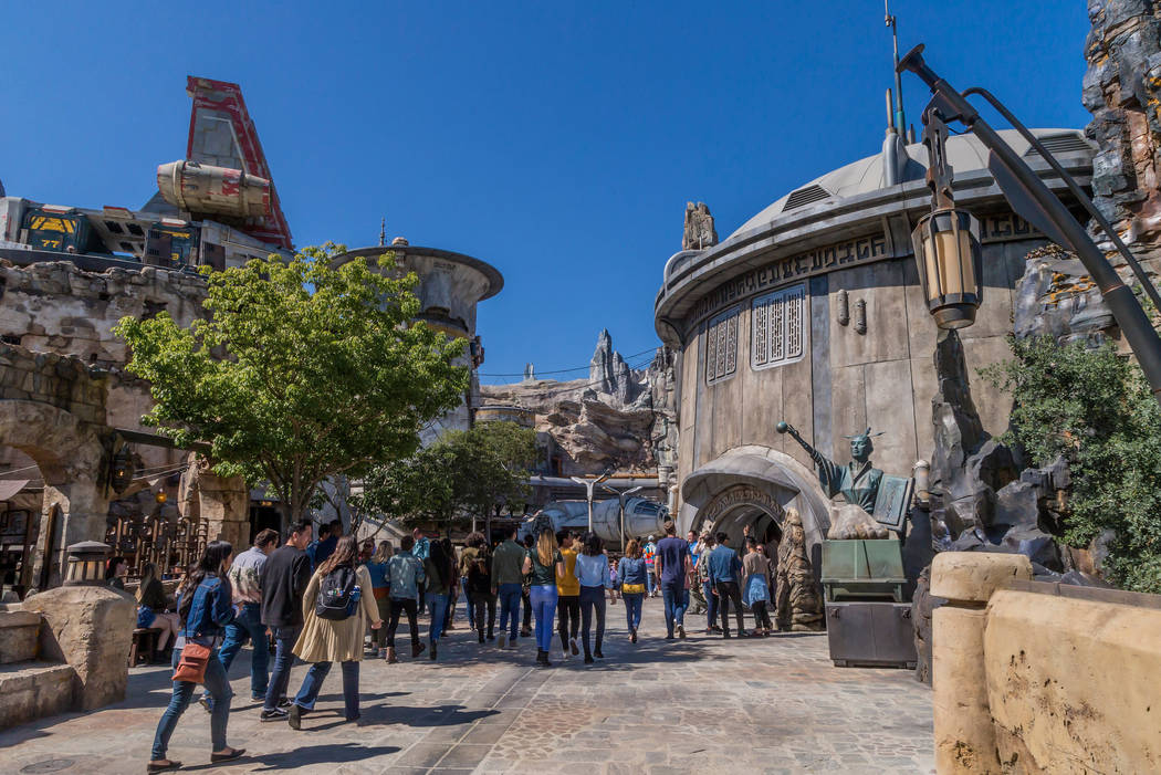 Star Wars: Galaxy's Edge en Disneyland Park en Anaheim, California, y en Disney's Hollywood Stu ...