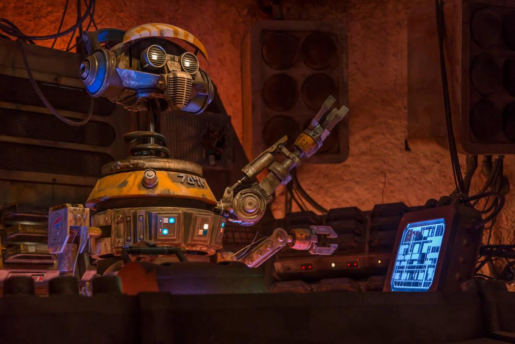 Cuando los huéspedes visiten Star Wars: Galaxy's Edge en Disneyland Park en Anaheim, Californi ...