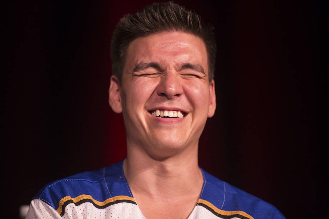 """El campeón de """"Jeopardy!"""" James Holzhauer comparte una risa con la multitud durante un seminar ..."""