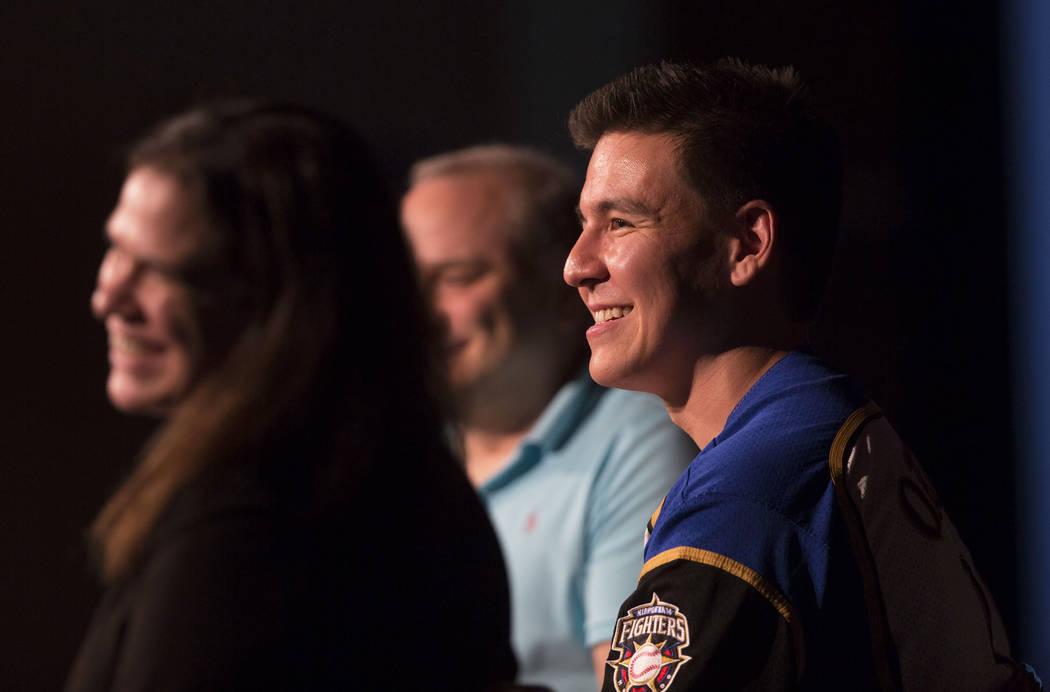"""El campeón de """"Jeopardy!"""" James Holzhauer, a la derecha, escucha una pregunta de la audiencia ..."""