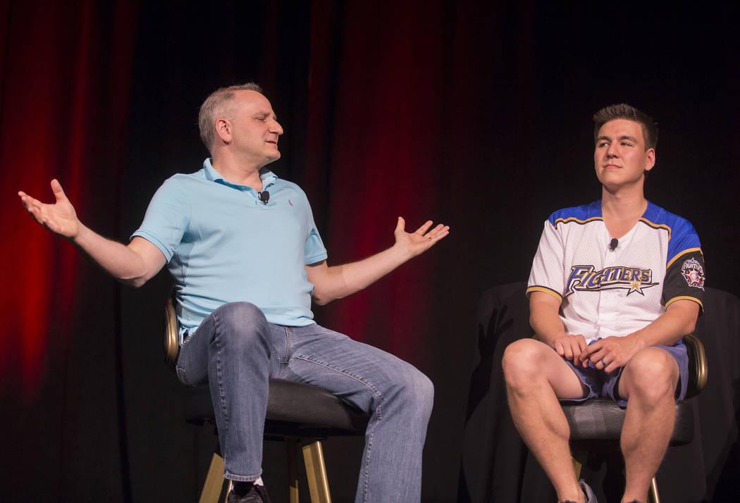 """Andy Bloch, a la izquierda, ex miembro del equipo de blackjack del MIT, y el campeón de """"Jeopa ..."""
