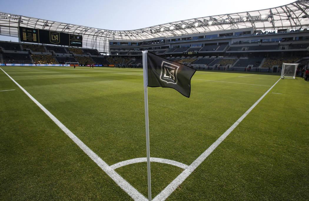 Una bandera de esquina está en el campo antes de un partido de fútbol de la MLS entre Los Ang ...