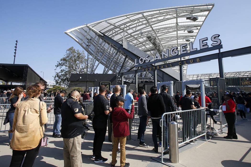 Los aficionados se alinean para un partido de fútbol de la MLS entre Los Angeles FC y Seattle ...