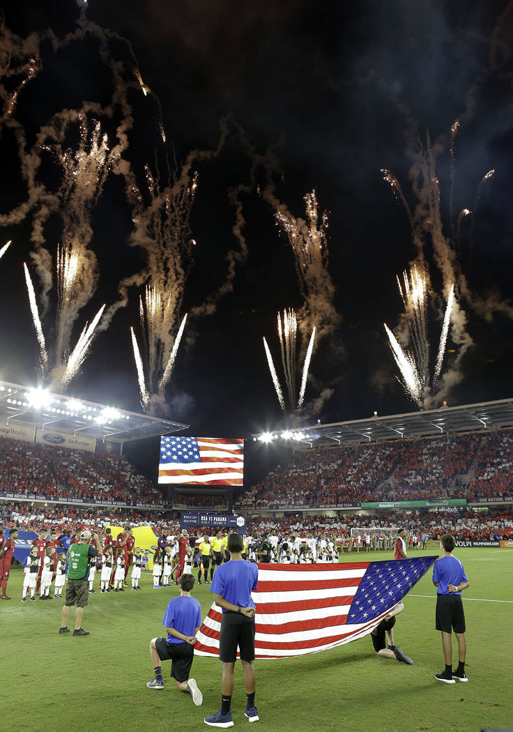 Los fuegos artificiales explotan en el estadio de la ciudad de Orlando durante el himno naciona ...