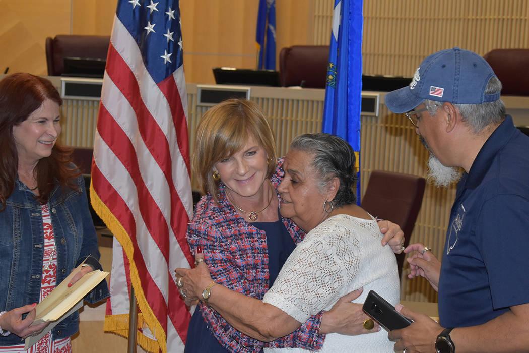 Adelina Sutherland recibió emocionada el Vietnam Veteran Lapel Pin al que se hizo acreedor por ...