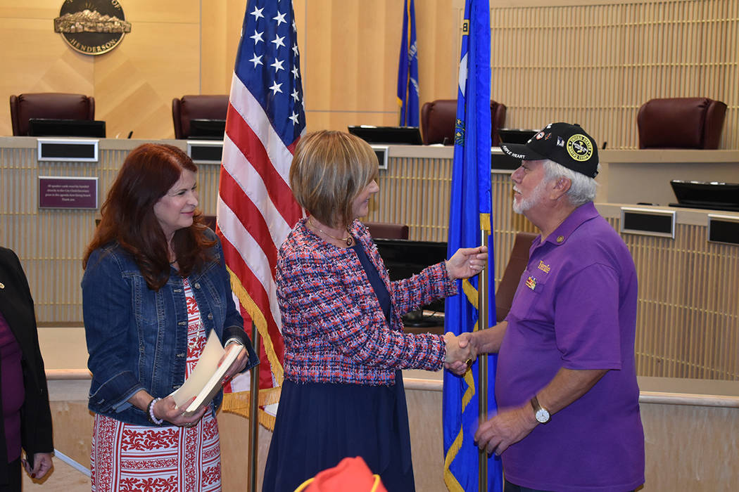 La congresista Susie Lee, miembro del Comité de las Fuerzas Armadas en el Congreso, entregó e ...