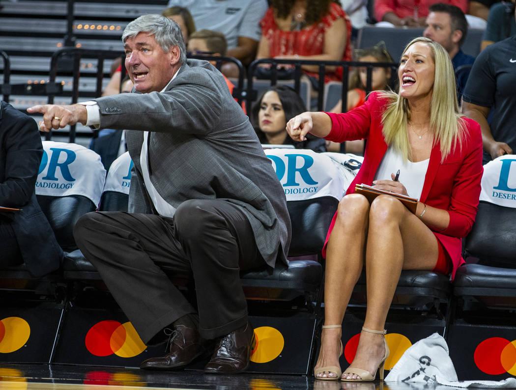 El entrenador en jefe de Las Vegas Aces, Bill Laimbeer, y la entrenadora asistente, Kelly Raimo ...