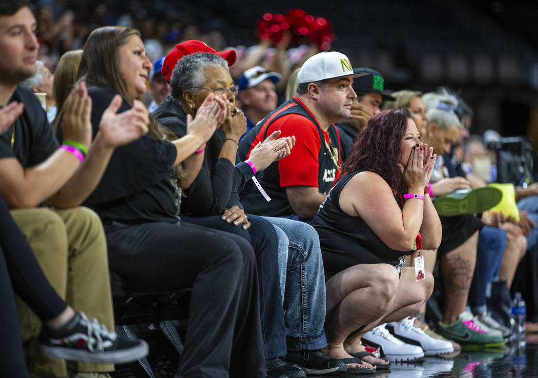 Los fans de Las Vegas Aces animan al equipo en la cancha durante el primer cuarto de un partido ...