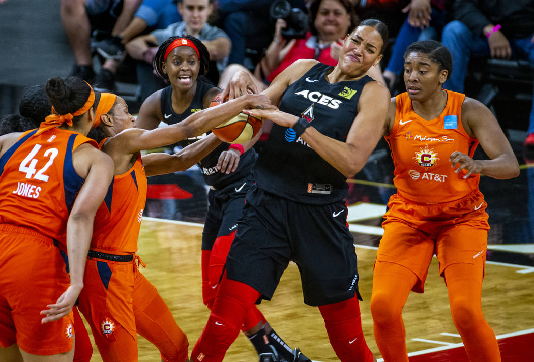 La centro de Las Vegas Aces, Liz Cambage (8) lucha por el balón con la escolta de Connecticut ...