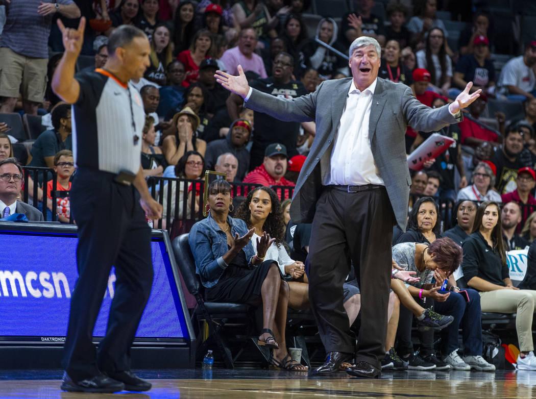 El entrenador en jefe de Las Vegas Aces, Bill Laimbeer, está perplejo por la falta de otra vio ...