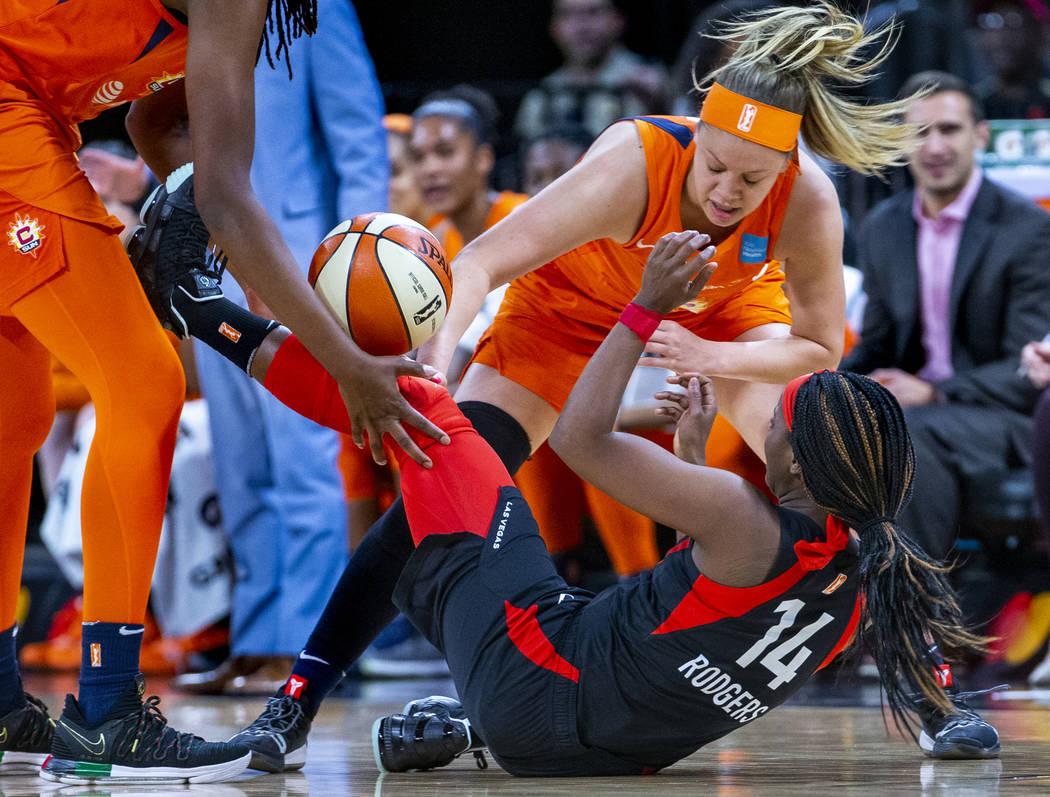 La escolta de Connecticut, Rachel Banham (1), bate la pelota lejos de la escolta de Las Vegas A ...