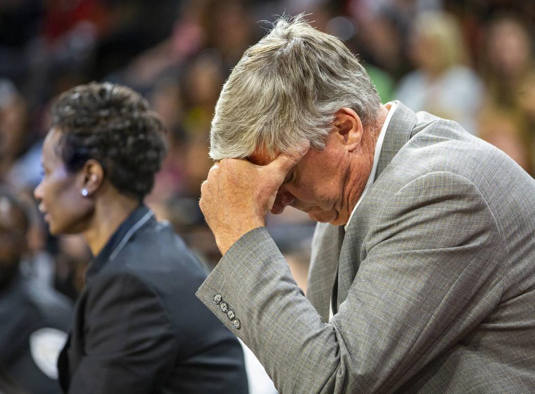El entrenador de Las Vegas Aces, Bill Laimbeer, se siente un poco frustrado durante el primer t ...