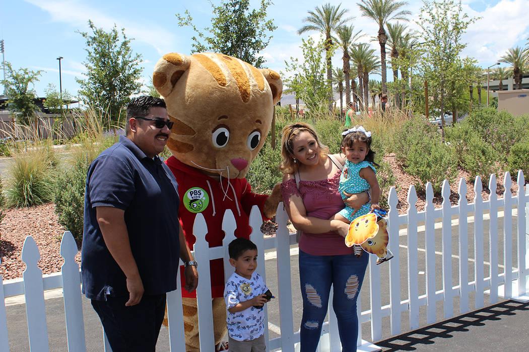 La familia Rosales son seguidores del Tigre Daniel, que enseña a sus hijos a ser compartidos. ...